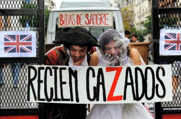 Dos actores parodiando al príncipe Guillermo y a Kate Middleton en Argentina.