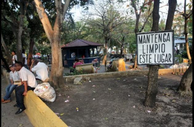 Prostitutas del Parque del Centenario quieren dinero del Distrito.
