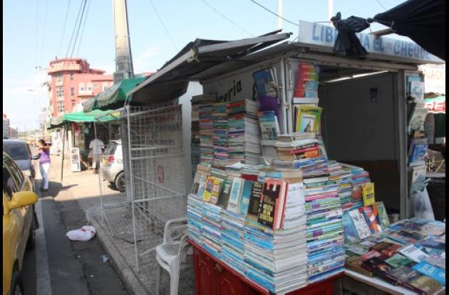 Vendedores del libros en el Parque del Centenerio de Cartagena.