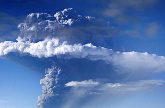 Volcán de Islandia deja varados a miles de pasajeros en aeropuertos.