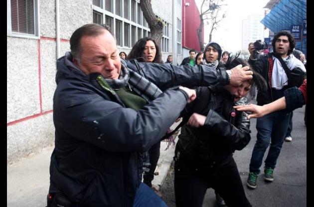 Enfrentamientos entre oponentes y simpatizantes de Pinochet en Chile.
