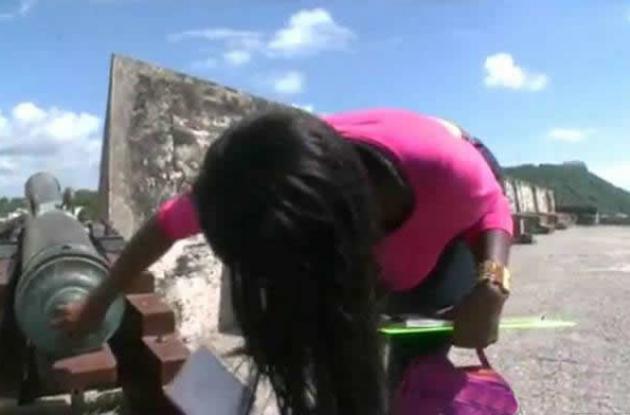 Actriz de video porno en el Castllo de San Felipe.