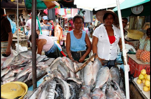 Mirian trabaja vendiendo pescado junto a su familia.