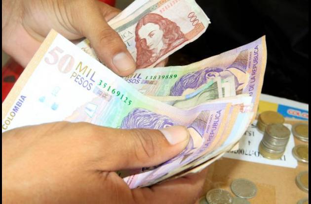 El peso colombiano sigue mal parado frente al dólar.