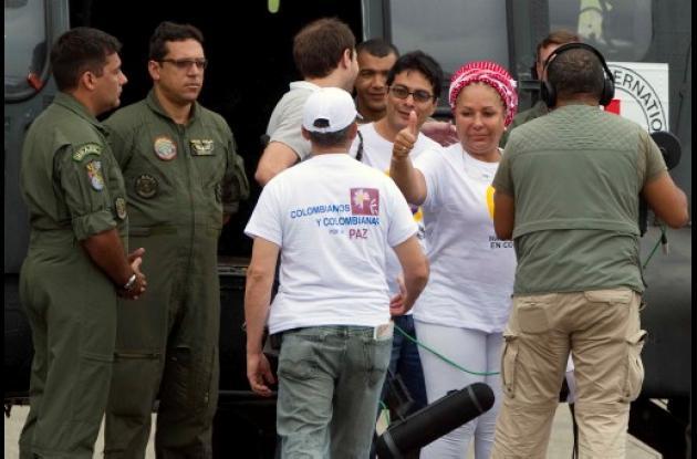 Momentos en que Piedad Córdoba, en aeropuerto de Villavicencio, iba en búsqueda