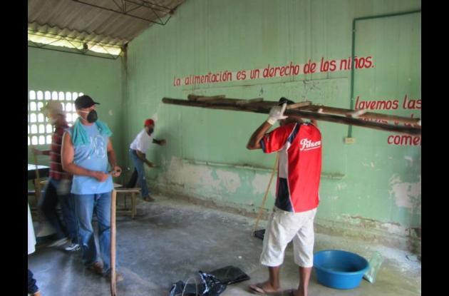 Al menos 50 voluntarios colaboran en las jornadas de refacción escolar en las es