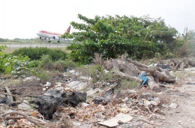 El desaste ambiental es evidente a un costado de la pista del aeropuerto Rafael