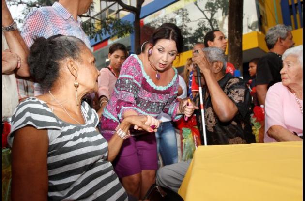 Su tía y madre adoptiva, Aida y su esposa, Jacqueline Ramón estuvieron en la inauguración.