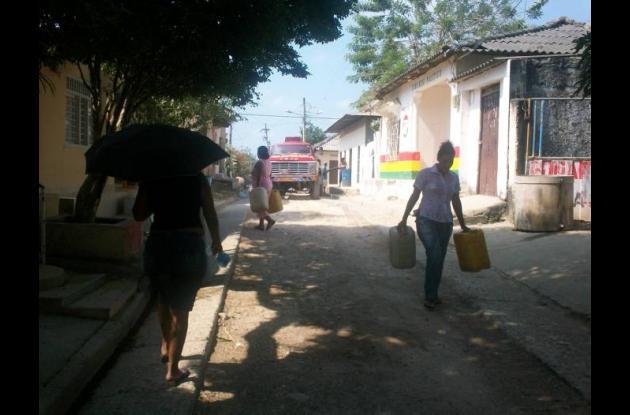 Algunos pobladores se abastecen de los carrotanques que transportan el agua, ser