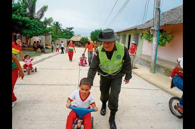 Policía realizó actividades comunitarias con niños y adultos en Pueblo Nuevo..