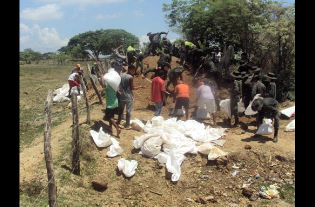 La Policía en cooperación con las comunidades, reconstruye jarillones en poblaci
