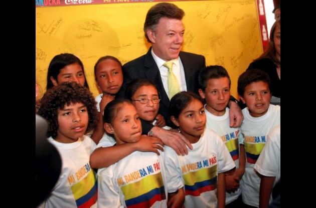 El primero en firmar la bandera símbolo del Mundial Sub 20 fue el Presidente.