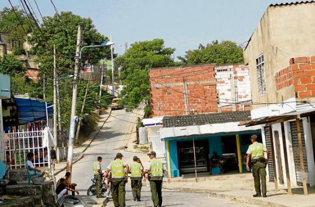 Más de 20 uniformados de la Policía continúan en las calles del barrio Piedra de