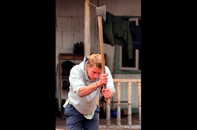 El príncipe Guillermo cortando madera en Caleta Tortel