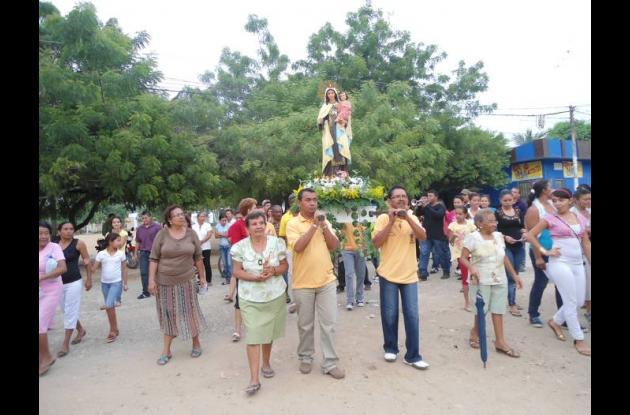 Fieles participaron ayer de la procesión de la Virgen del Carmen.