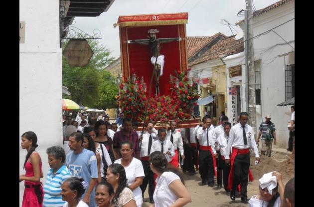 Procesión que congregó a los fieles católicos, presidida por altos jerarcas de l