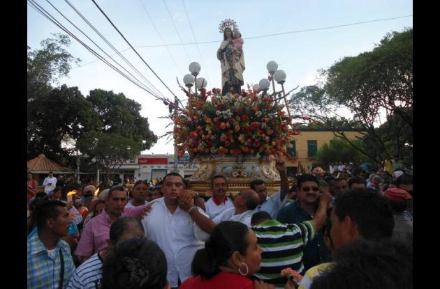 Fieles rinden culto a la Virgen del Carmen.