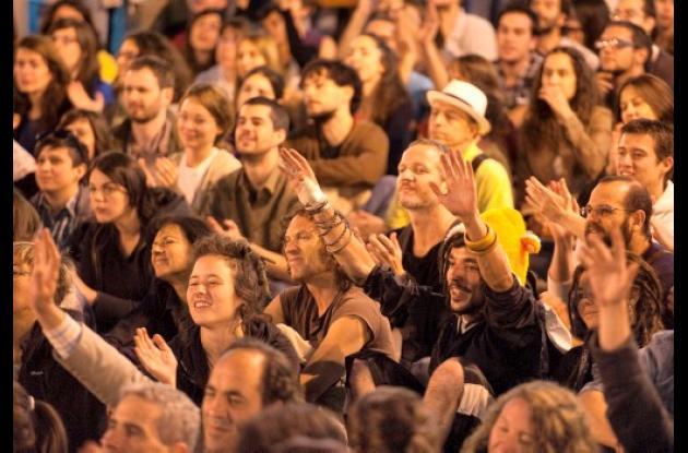 Centenares de personas votaron a mano alzada levantar la acampada reivindicativa