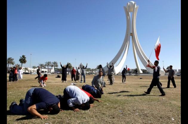 Manifestantes de Bahrein oran y otros cantan lemas, poco después los militares s