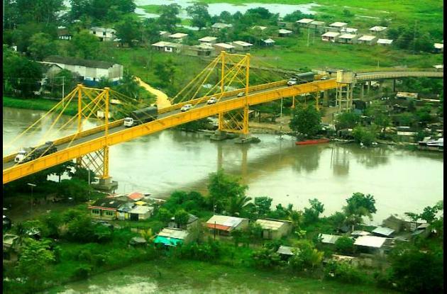 Si el Canal del Dique sigue subiendo de nivel, peligra el puente de Gambote.