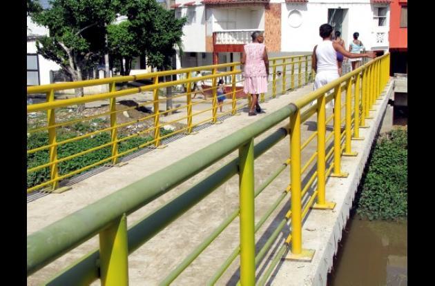 Instalan barandas a puente peatonal de Las Palmeras.