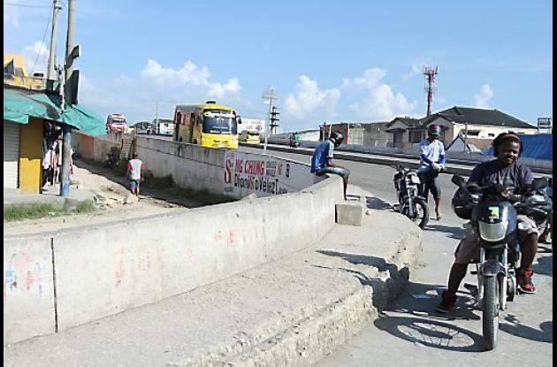 Demolición de puente que une a El Prado con el Mercado de Bazurto