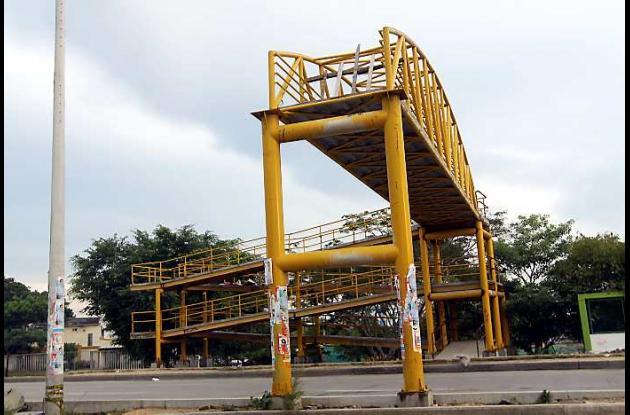 Puente peatonal inconcluso en la Transversal 54 de Cartagena.