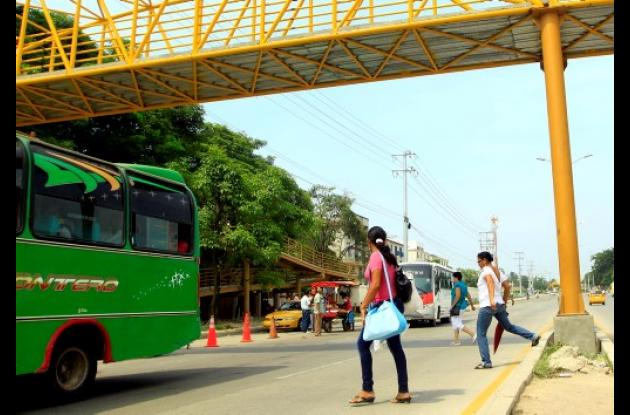 Peatones no usan puentes peatonales.