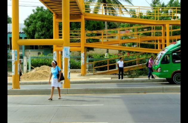 Peatones no usan puentes peatonales