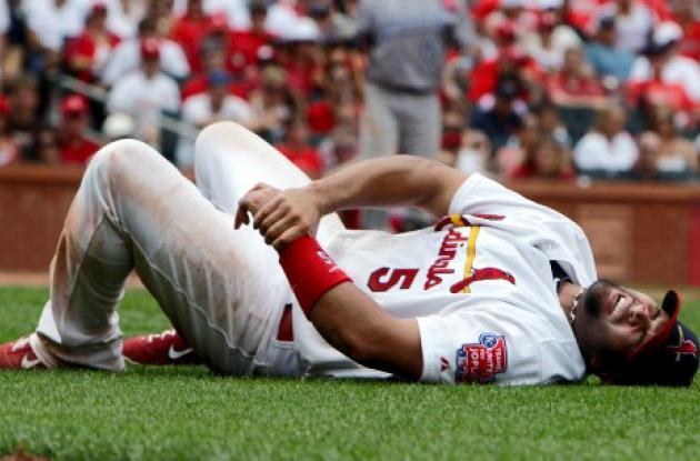 Albert Pujols se queja en el suelo luego de sufrir la lesión.