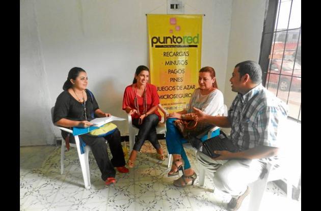 La gestora social María Victoria Salleg gestionando nuevos puntos.