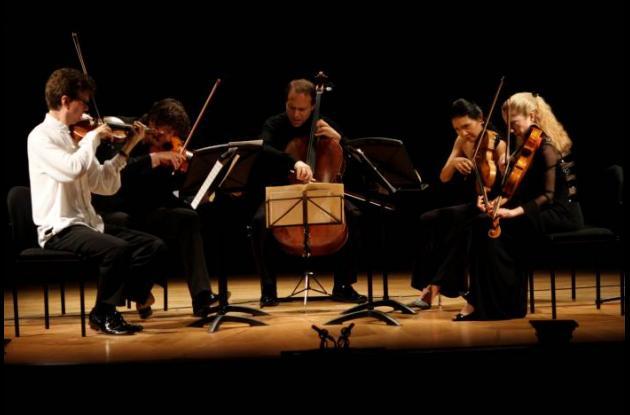 El quinteto de cuerdas maravilló al Teatro Adolfo Mejía.