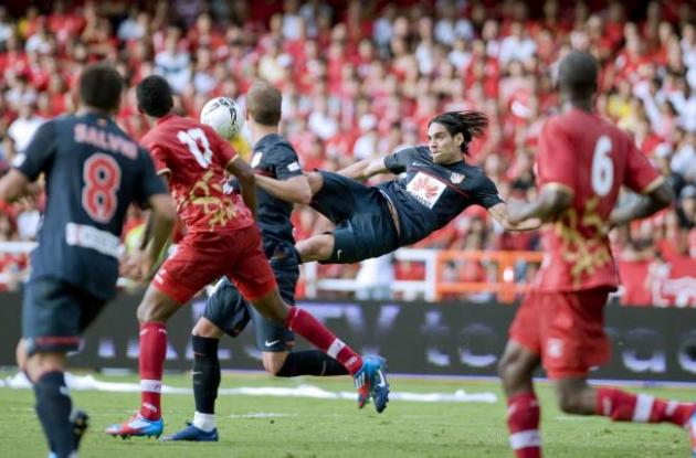 Instante en el que Radamel Falcao hace el gol de chilena América de Cali.