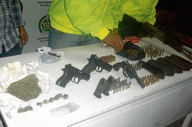 A los capturados se les decomisó sustancia alucinógena y armas de fuego.