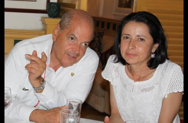 Raymundo Angulo, y Lina Moreno de Uribe.