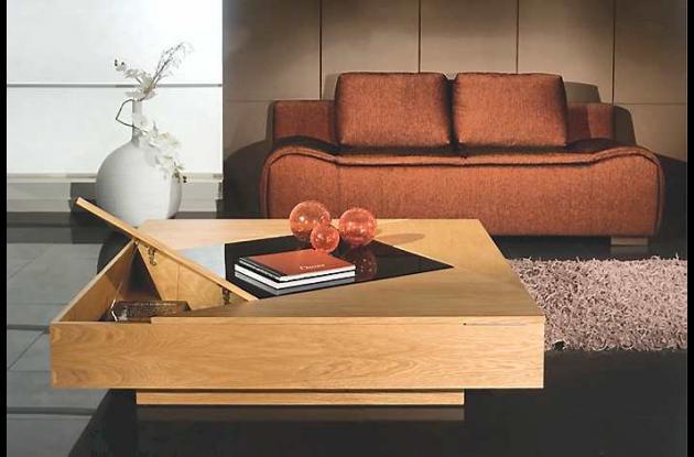 La mezcla entre el acabado en roble y el vidrio marrón resulta muy elegante