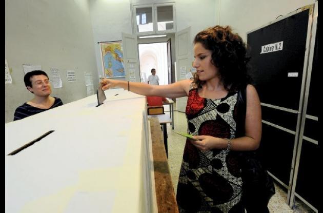 l triple referendo constituye un nuevo test para Silvio Berlusconi, tras su reci