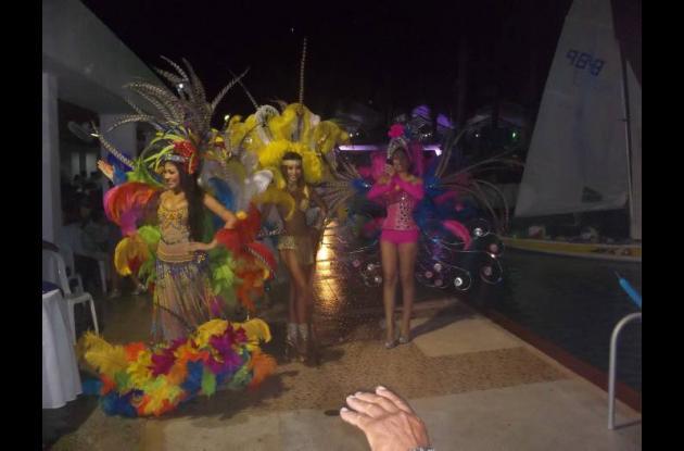 Grupo de candidatas en el desfile de fantasía.