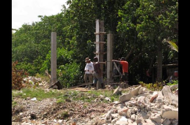 construcción a orillas del lago El Cabrero.