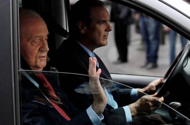 El rey Juan Carlos de España es transportado por su conductor.