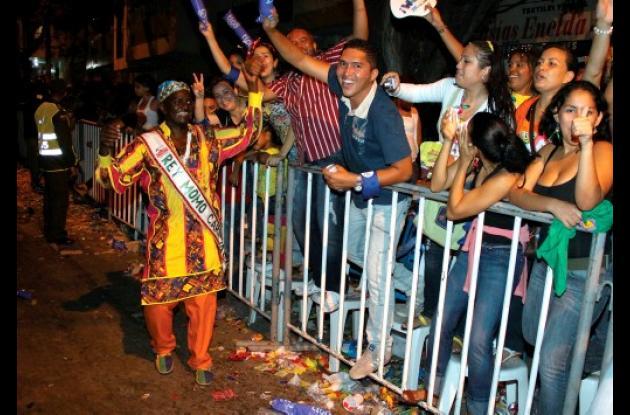 El Rey Momo, Jairo Cáceres, desfiló en La Guacherna, comparsa previa a los Carna