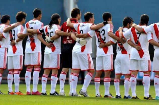 Los jugadores de River Plate esperan la hora cero.