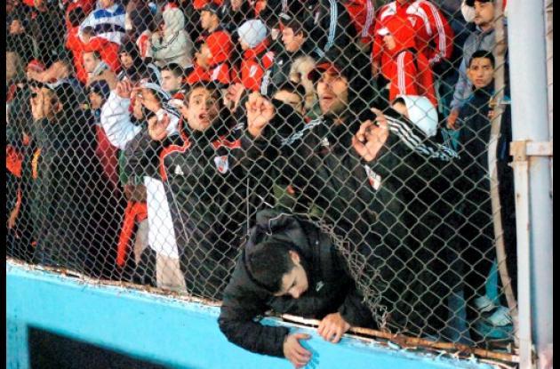 Hinchas del River Plate agredieron a los jugadores.