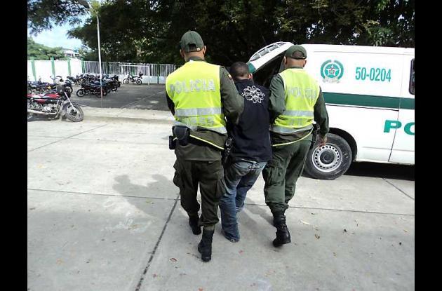 Policía captura a hombre en flagrancia cuando hurtaba moto.
