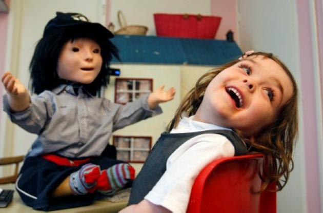 La niña robot manifiesta emociones y promueve el contacto físico y ahora abraza