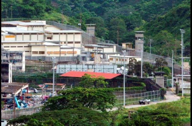 La Guardia Nacional venezolana trata de retomar el control de la cárcel El Rodeo