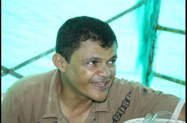 Yino Márquez, artista plástico que realizó el busto del Joe.