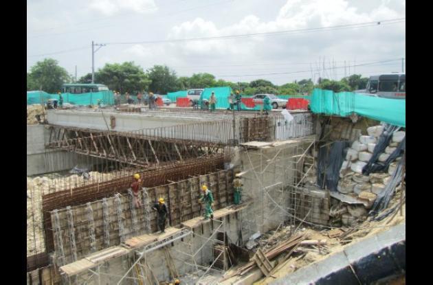 Construcción en el puente del Arroyo El Platanal.