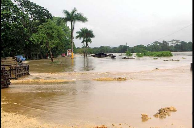 El agua tapó la calzada existente y la nueva que se construye en el proyecto via