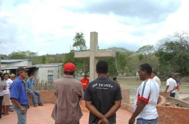 Familiares veneran a las víctimas mortales de la masacre perpetrada por paramili
